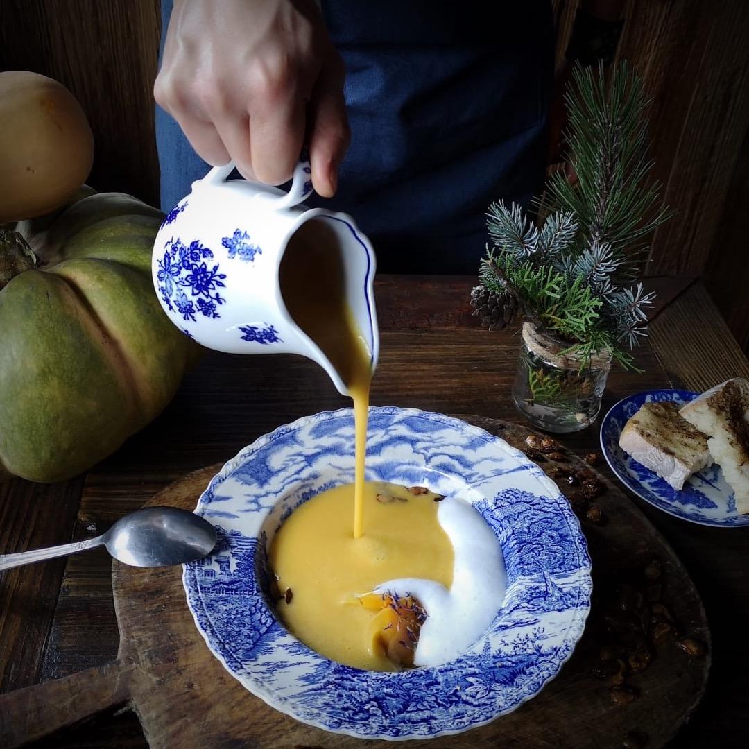Chef pouring pumpkin sopu | Brasserie Uno Zermatt